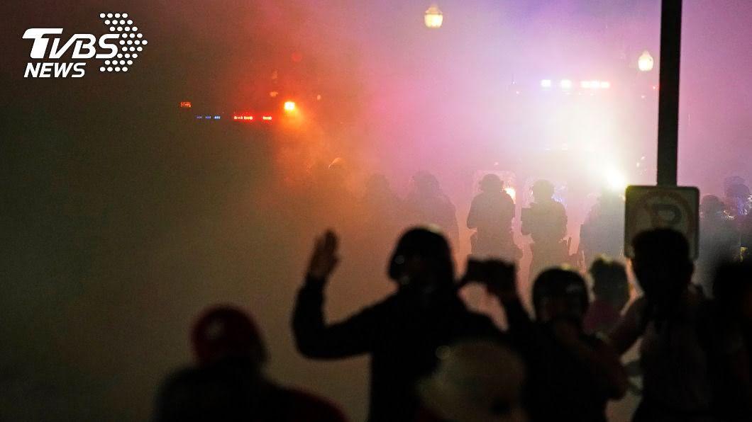 威斯康辛州白人自組巡守隊保護商家,一名儼然巡守隊成員的17歲少年朝示威者開槍,依殺人罪被捕。(圖/達志影像美聯社) 威州白人組「民兵」嗆示威者 少年朝群眾開槍被捕