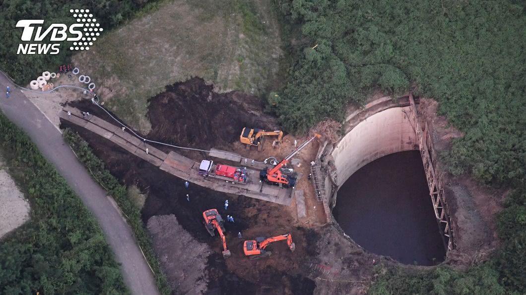 圖/達志影像美聯社 橫濱30M深水壩蓋崩塌 工人跟著怪手掉落