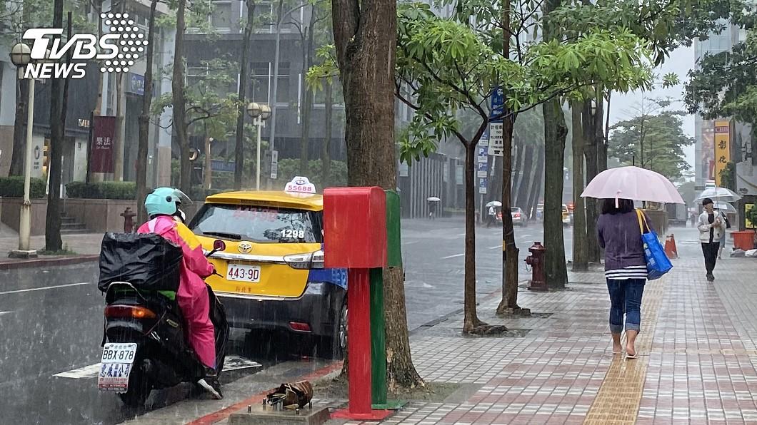 台灣連日降雨,讓民眾疑惑到底暴雨何時會停。(圖/TVBS資料畫面) 暴雨何時停?氣象粉專曝關鍵:「梅莎」愈強愈好