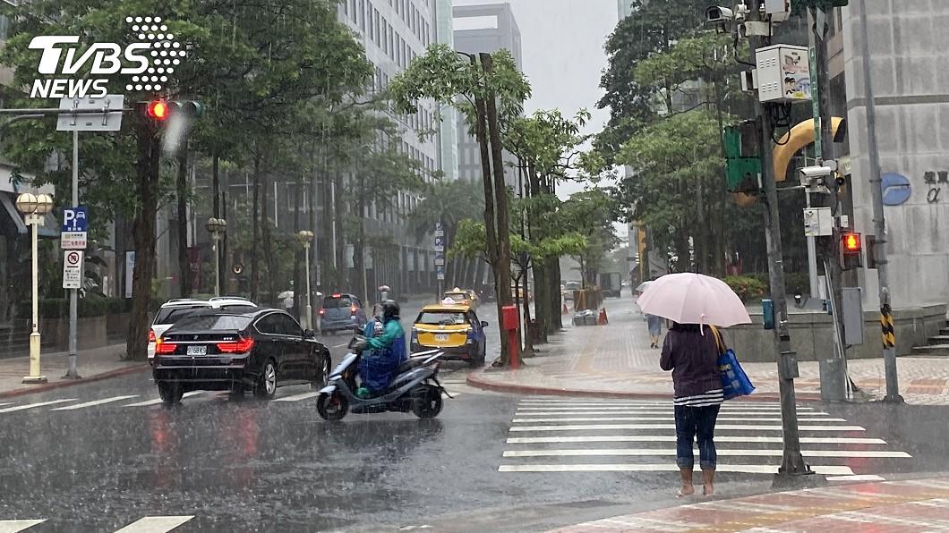 (圖/TVBS資料畫面) 雨彈來襲!12縣市發布大雨特報 注意雷擊強陣風