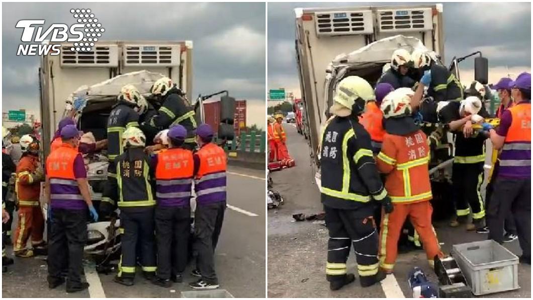 駕駛受困車內,目前已救出送醫。(圖/TVBS) 台61線大貨車撞砂石車 駕駛受困2人送醫