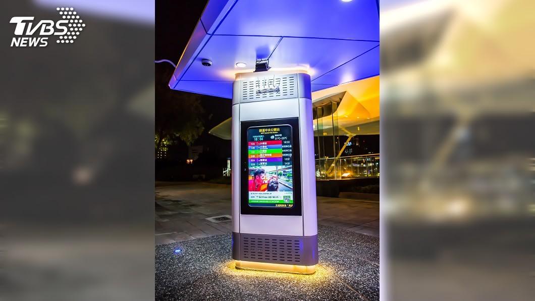 高雄市交通局指出,公車站有即時LED資訊提供參考,手機也可下載ibus到站訊息。(圖/高雄市交通局提供) 柯譏南部搭公車是「厭桃」 高市府:ibus有到站資訊