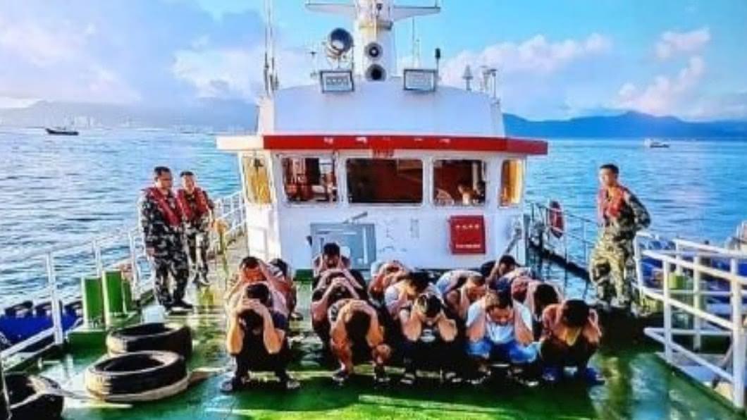8月底有12名港民偷渡前往台灣途中遭逮。(圖/翻攝自快樂的香港警察微博) 涉嫌「協助罪犯」偷渡台灣 港警再逮9人