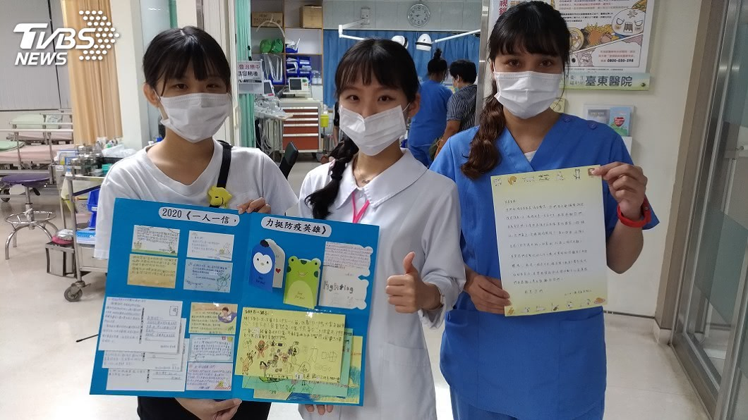 李姓姊弟親手製作的感謝卡細心排版在粉彩紙上,讓部東醫院急診護理師大讚貼心 。(圖/TVBS) 挺防疫英雄!姊弟募3千封手寫信送醫院 醫護:超感動