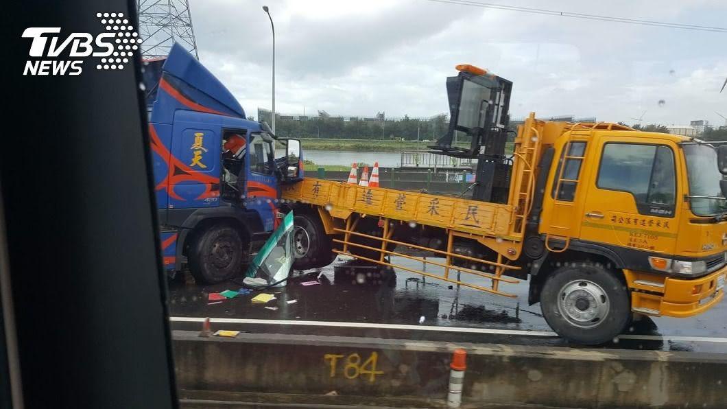 貨櫃車衝撞工程車。(圖/TVBS) 司機夾駕駛座!貨櫃車「砰」直撞工程車扭曲變形