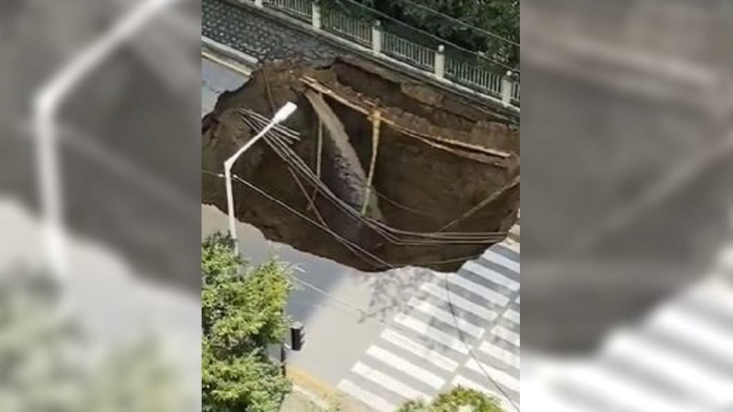 圖/翻攝自司徒空了微博 拔腿狂奔!韓馬路突坍塌 母女驚險逃死劫