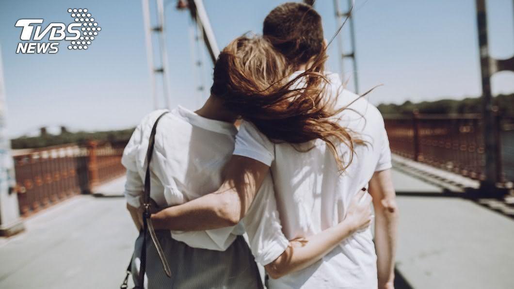 擁抱方式曝光他對感情的態度。(示意圖/shutterstock 達志影像) 偶像劇超甜「後背環抱」 6大夢幻舉動真愛才會做