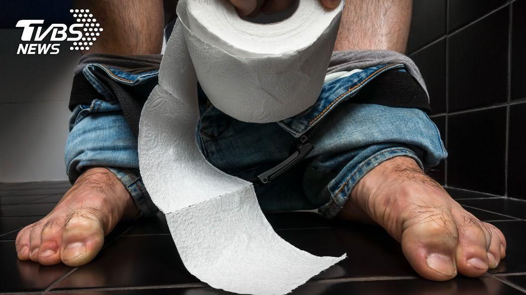 一名男子嫌棄朋友坐著尿是「丟男人的臉」。(示意圖/shutterstock 達志影像)  夫坐馬桶小便…遭辱怕老婆「丟男人臉」 網一面倒支持