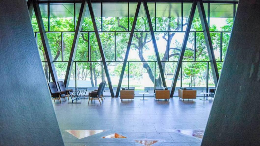 大片落地窗美景最適合閱讀放鬆。(圖/屏東縣政府提供) 坐擁「森林豪宅」不是夢!屏東圖書館新開幕 文青網美都想衝