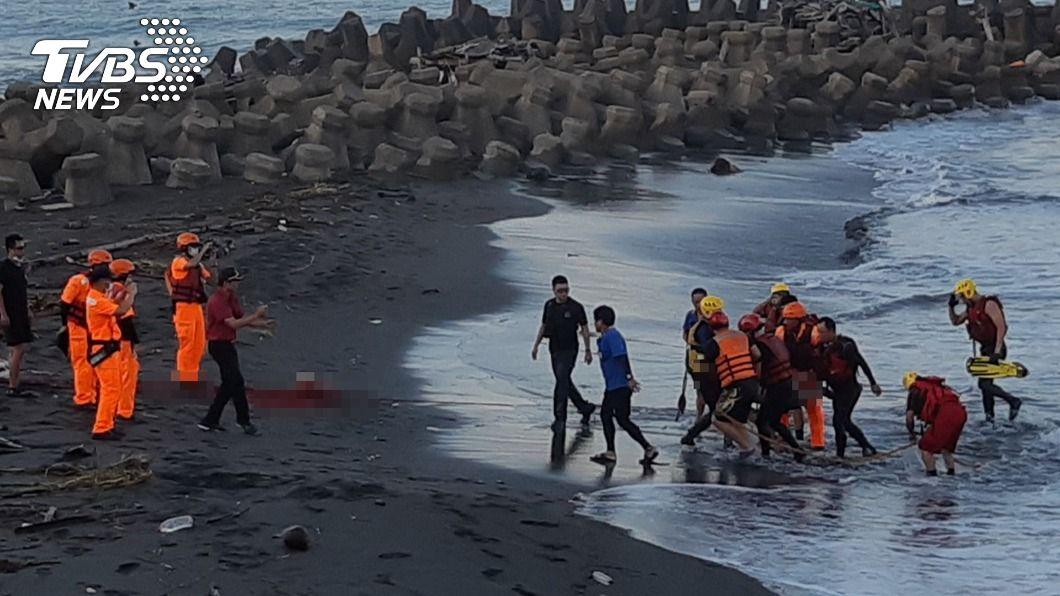 今(29)日在岸邊消波塊尋獲李男遺體。(圖/中央社) 父攜2子旗津戲水失聯 警消海巡尋獲遺體