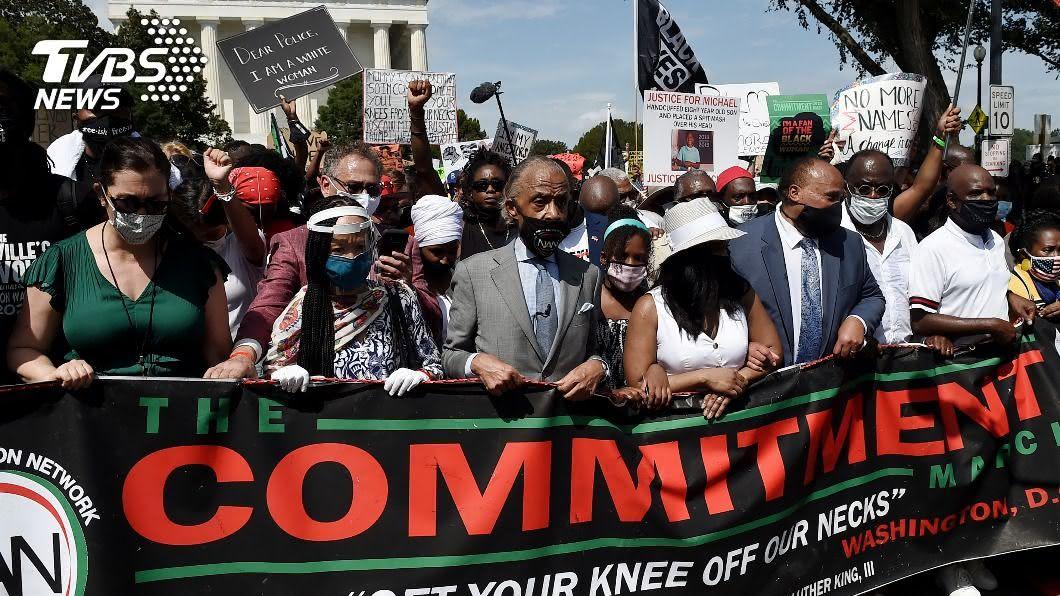 數以萬計示威群眾湧上首都華府街頭。(圖/達志影像路透社) 非裔男遭警連開7槍成癱 萬人示威籲終結種族不公