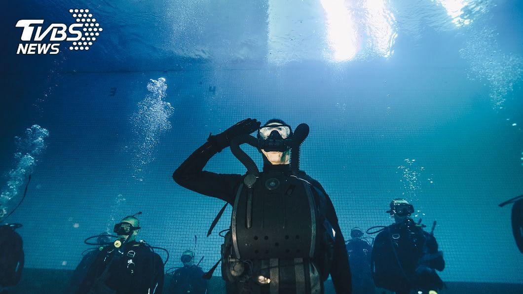 全員穿著潛水服首次在深水池裡舉辦的結訓典禮。(圖/軍聞社提供) 陸軍航特兩棲海龍蛙兵結訓 首度在水中舉辦典禮