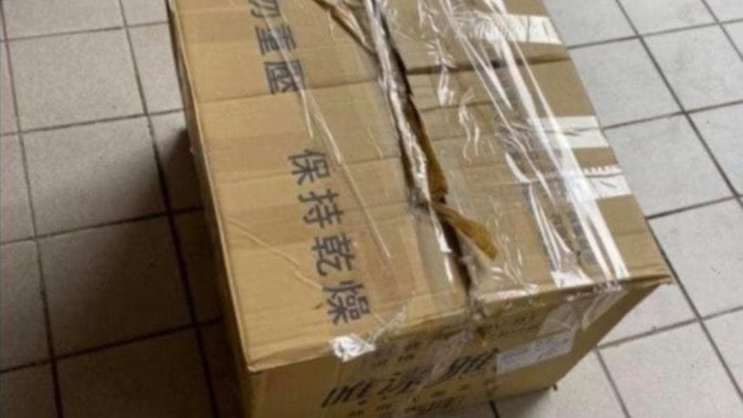 女網友放門口的包裹險被回收阿婆拿走。(圖/翻攝自臉書爆怨公社) 阿婆亂拿包裹稱「是妳不要的」 網見照全罵翻:根本小偷