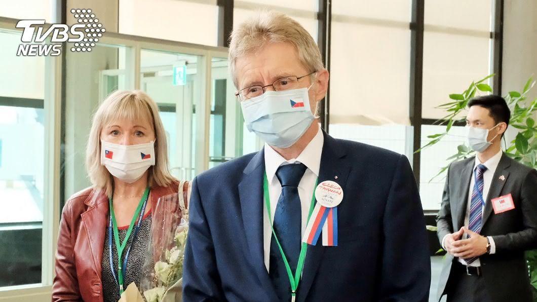 團員們戴印有雙方國旗的口罩。(圖/中央社) 捷克參議院議長89人團訪台 團員戴印有雙方國旗口罩
