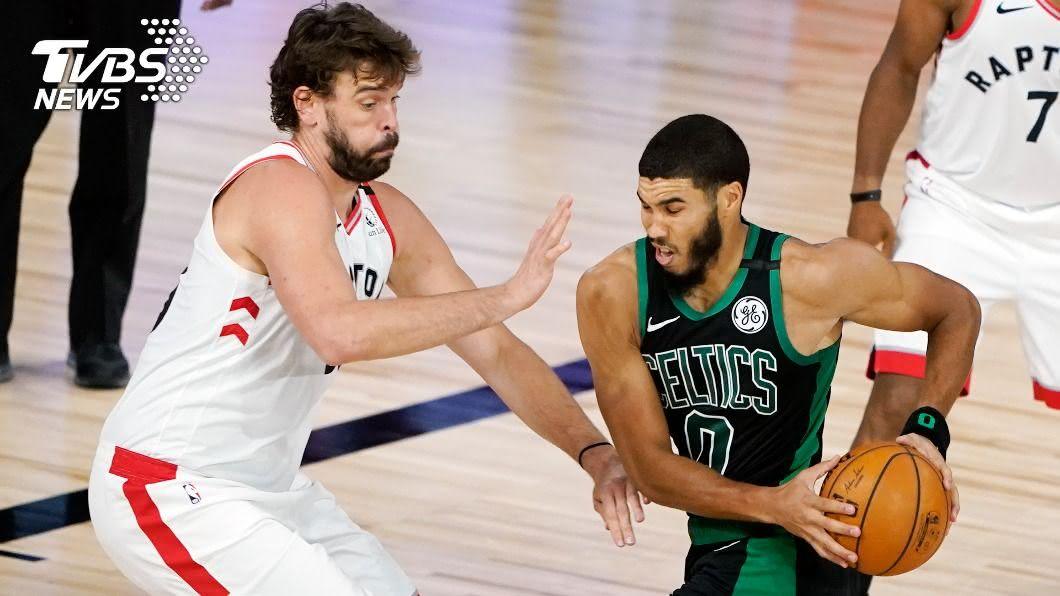 美國職籃NBA季後賽東區第二輪,塞爾蒂克以112比94分大勝暴龍。(圖/達志影像美聯社) NBA塞爾蒂克112比94擊敗暴龍 季後賽次輪拔頭籌