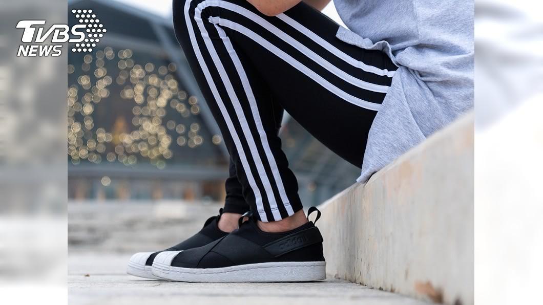 網友笑說,台灣街上隨便看,都能見到條紋運動褲。(示意圖/shutterstock達志影像) 「低學歷才穿」日本砲1特徵運動褲! 網:台灣人手1件