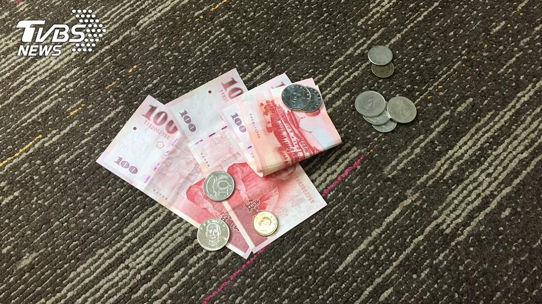 外送員含淚撿起被丟在地上的餐費。(示意圖/TVBS) 國中生叫外送…錢丟地「自己撿」! 她彎腰淚噴:被糟蹋