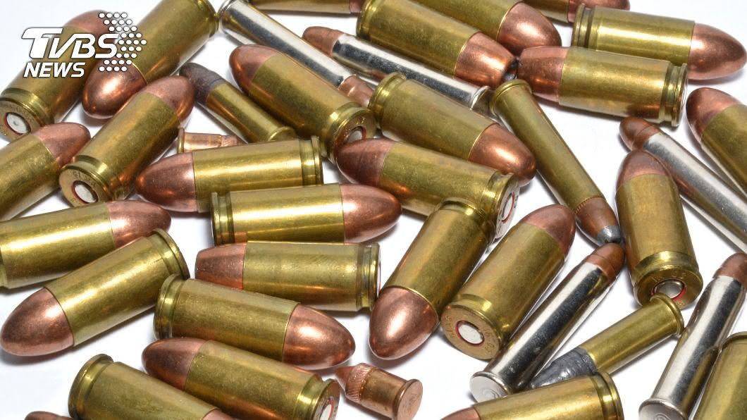 一群年輕人在派對起鬨,將玩具「鋼鐵砲彈」塞進體內。(示意圖/Shutterstock達志影像) 玩過頭!多人運動「鋼鐵砲彈」塞進去卡住 醫護全傻眼