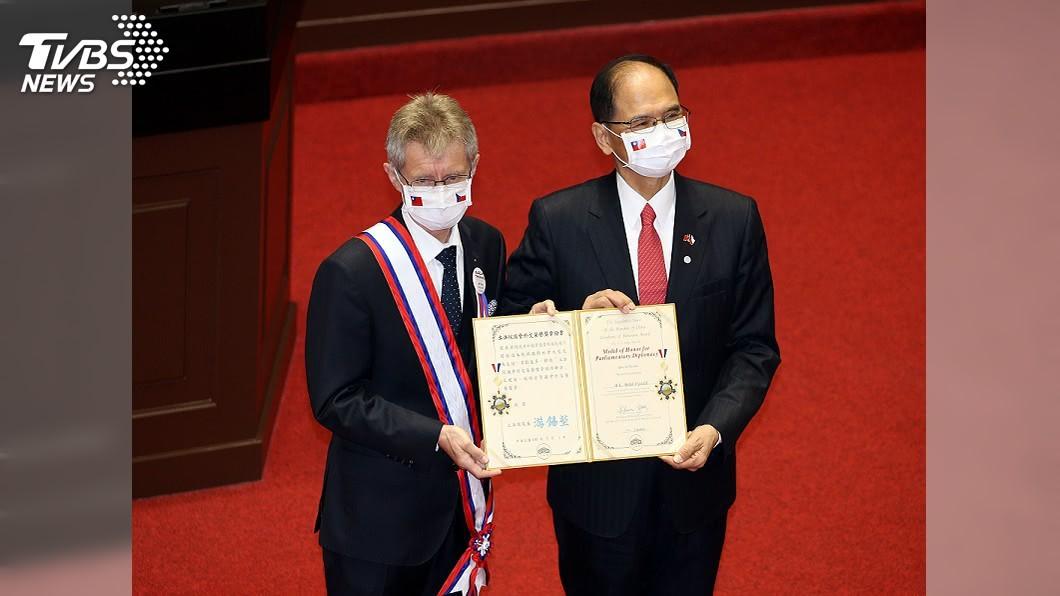(圖/中央社) 捷克參院議長維特齊訪立院 游錫堃致贈一等獎章