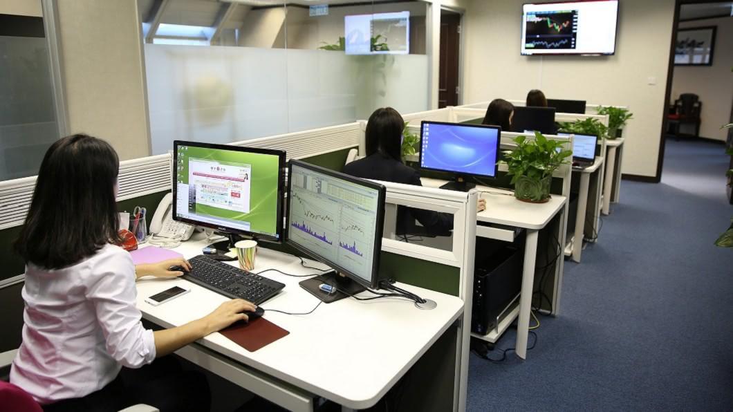 職場要找到可以信任的同事有一定難度。(圖/取自免費圖庫Pixabay) 閨密同事捅刀! 她「1舉動」反擊超療癒:我爽加薪