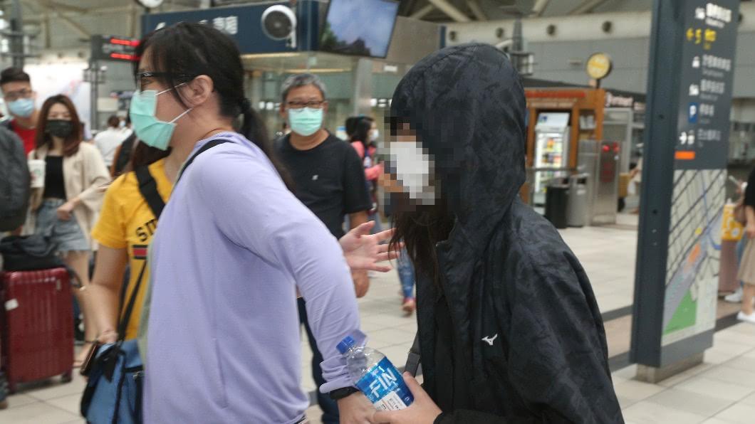 (圖/中央社,民眾提供) 高雄少女受電項圈、美工刀威脅 上警車才放聲痛哭