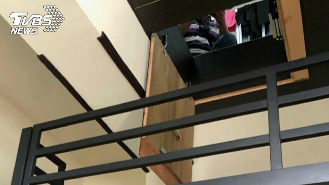 高雄少女被藏2坪密室。(圖/TVBS) 少女被藏密室…網疑「台灣有空間做夾層」? 內行曝用途