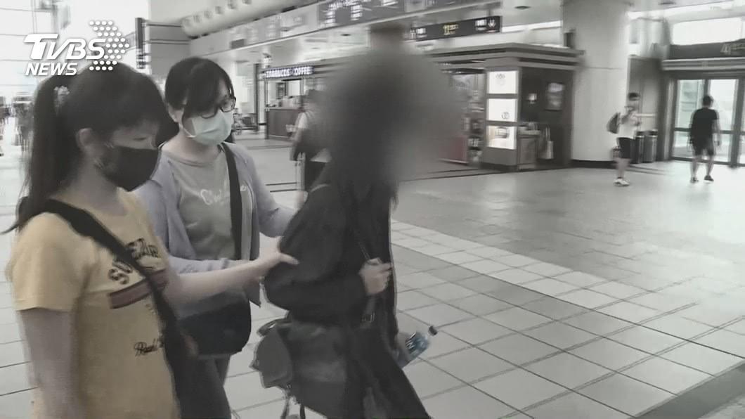 失蹤多日的高雄14歲少女在警方護送下,搭乘高鐵返回高雄驗傷。(圖/TVBS) 囚禁66小時只吃一餐 少女機靈「1舉動」救了自己