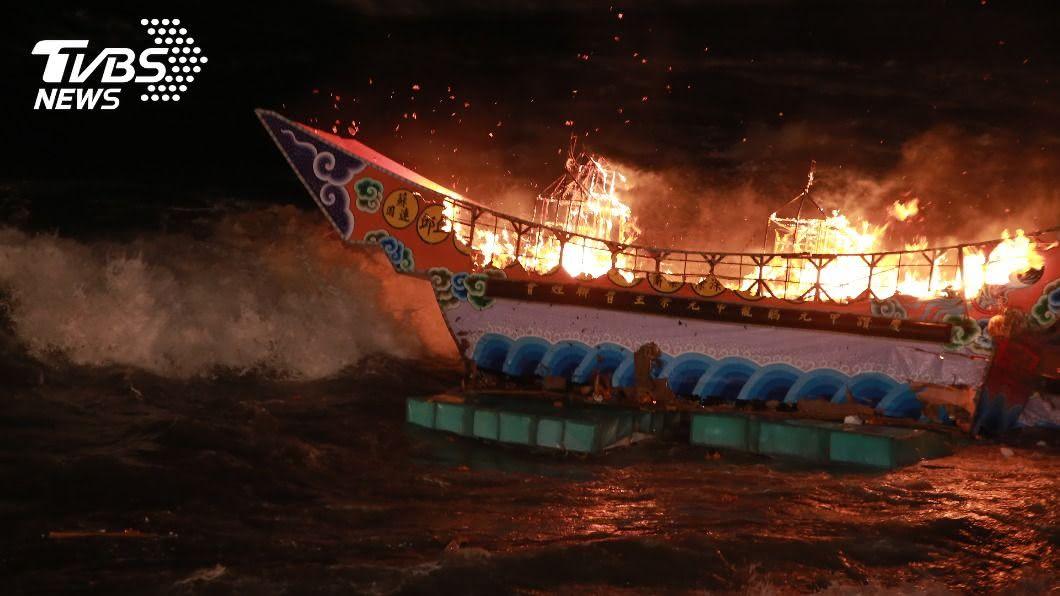 鷄籠中元祭放水燈頭昨(1)日深夜在望海巷舉行。(圖/中央社) 基隆放水燈掀大浪 吊掛王船送入海