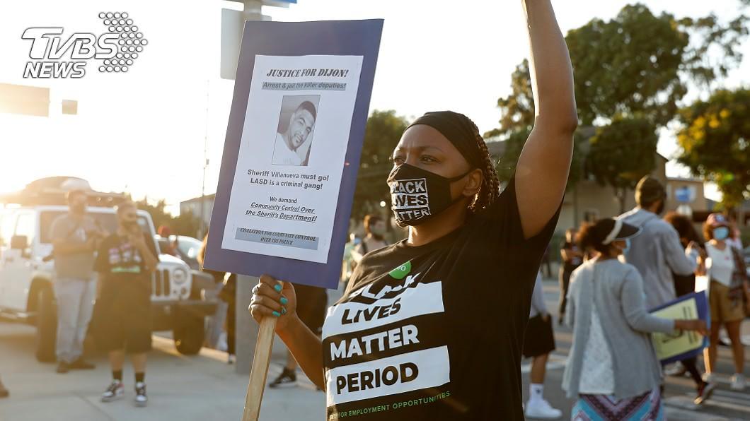 洛杉磯一非裔男命喪警槍下,群眾走上街頭抗議。。(圖/達志影像路透社) 又一非裔男命喪洛杉磯警槍下 家屬:我們受夠了