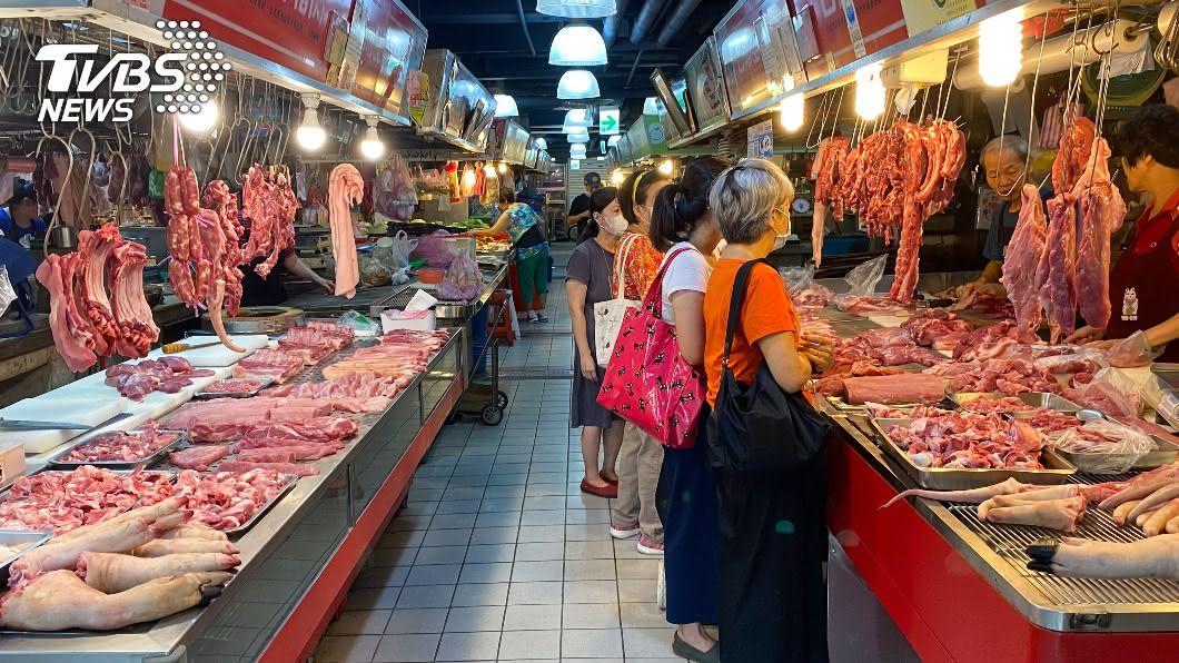 民眾在市場挑選豬肉。(圖/中央社) 憂食安問題!豬肉販賣管道多 藍:僅標產地無法解決問題
