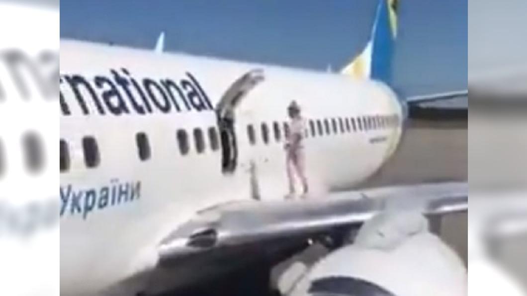 飛機才降落,一名女子就擅自打開艙門到機翼上散步。(圖/翻攝自推特) 危險!飛機剛降落 婦自開艙門登機翼「透氣」乘客看傻眼