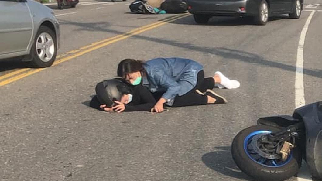 (圖/翻攝自賴清美臉書) 目睹車禍...竟是女兒痛苦趴地 母奔上前安撫:千萬別睡著!