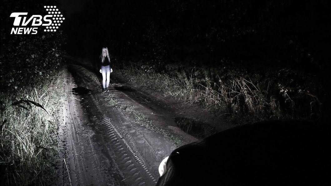 (示意圖/shutterstock達志影像) 路邊古董車浮現「阿伯詭笑」!她下秒雙腿被定住險喪命