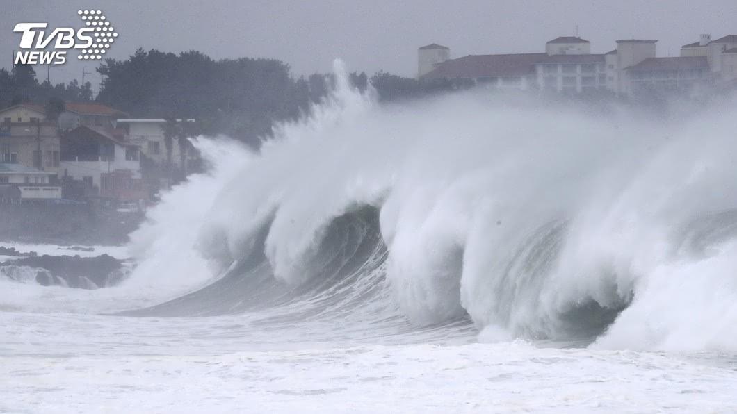 今年第10號颱風海神正朝日本行進。(圖/達志影像美聯社) 颱風海神威力恐達特別警報等級 日本如臨大敵