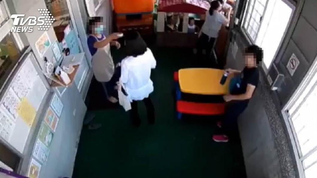 台東縣社會處一名女稽查員體溫超過38度,仍堅持要進入托嬰中心稽查。(圖/托嬰中心提供) 稽查員體溫超過38度 硬闖托嬰中心4童發燒1住院