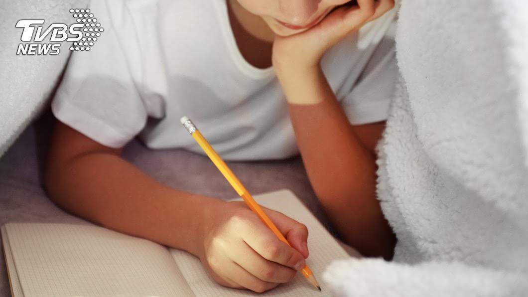很多單親家庭都有不得已的苦衷。(示意圖/shutterstock達志影像) 開學被笑「乞丐」!小學兒聯絡簿訴委屈…單親媽氣炸