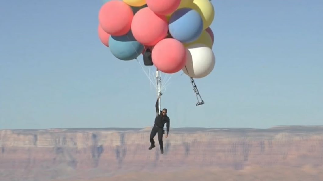 (圖/翻攝自 David Blaine YouTube) 魔術師大衛挑戰「真人版天外奇蹟」 手持氣球飛到紐約