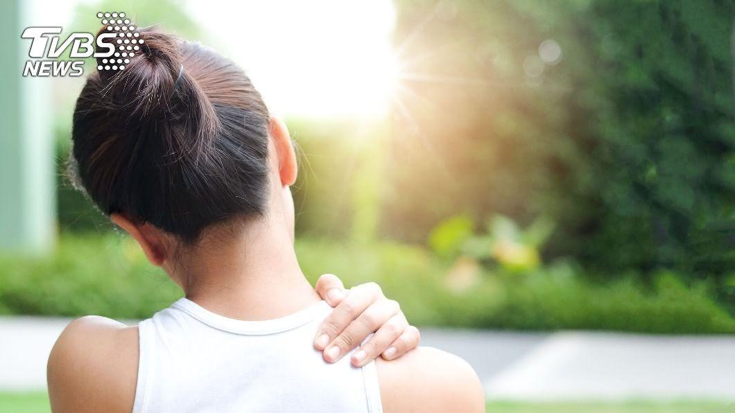 現代人生活壓力大,時常肩頸會感到痠痛。(示意圖/shutterstock達志影像) 肩頸痠痛麻?神經發出的4大警訊 這一種恐致命