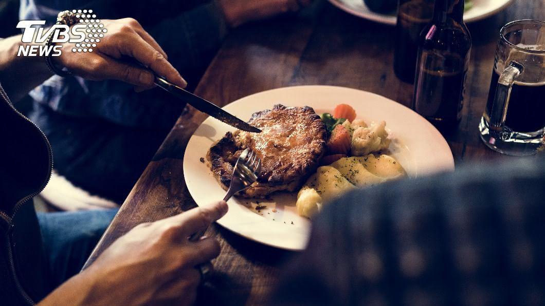 男子因女友沒吃到牛排而慘遭分手。(示意圖/shutterstock 達志影像) 帶女友吃牛排見「1幕」秒遭甩 網:根本計畫通