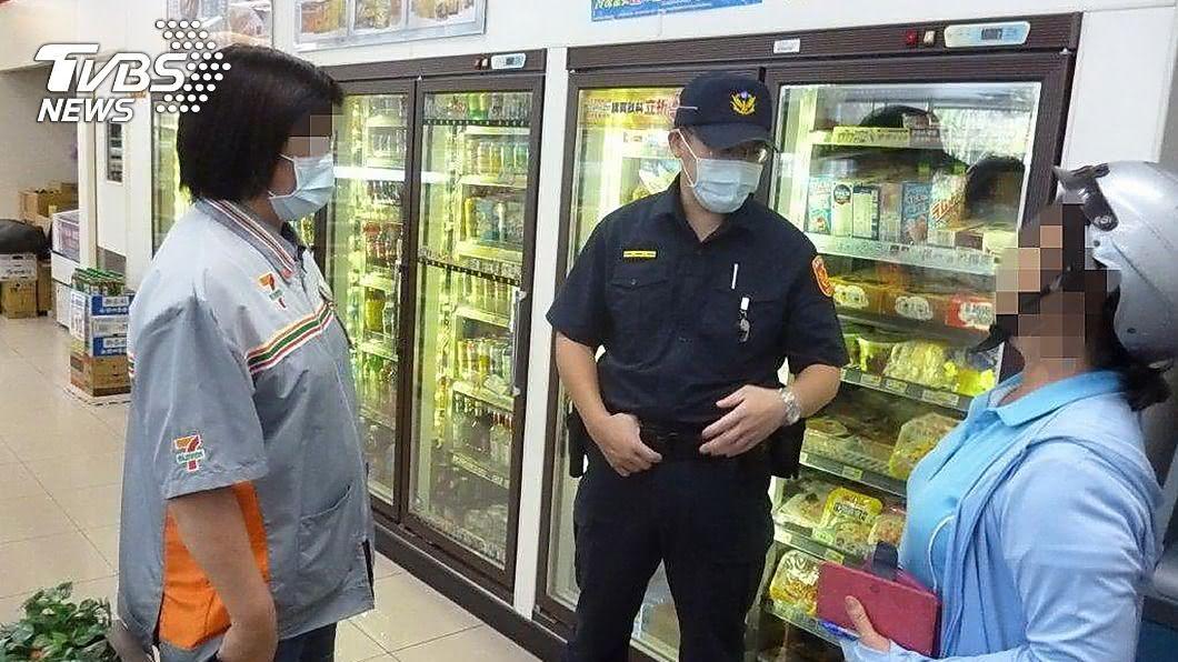 (圖/警方提供) 見顧客邊講手機邊匯款 機警店員阻老婦遭詐28萬