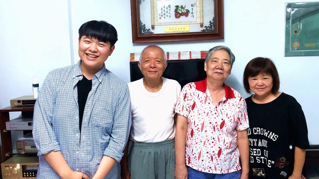 林哲緯(左)在親生母親(右)陪同下和當年的寄養父母重逢。(圖/屏東家扶提供) 27天團圓飯銘心22年 家扶兒淚眼重逢寄養父母