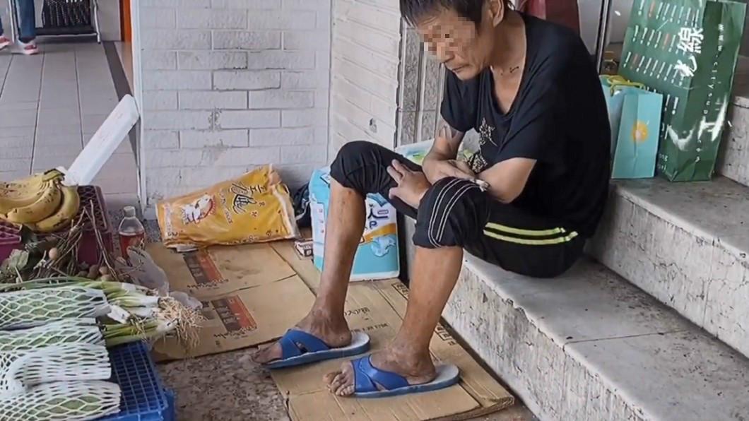(圖/臉書粉專《光線》授權提供) 街友自稱被趕出家門剩90天可活 睡騎樓虛弱賣菜求溫飽