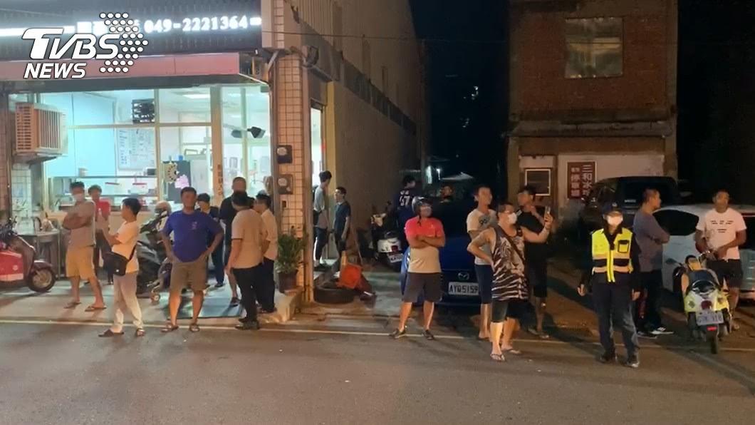 (圖/TVBS) 狠母夥同男友殺害4歲女兒 民眾聚集派出所外嗆聲開打!