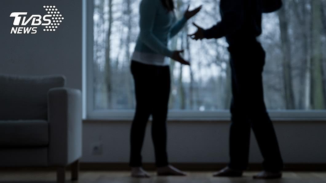 印度日前發生丈夫家暴打死妻子,還將對方屍體浸泡在牛糞的案件。(示意圖/shutterstock 達志影像) 妻「屍體泡牛糞」太臭鄰居報警 迷信夫:巫師能讓她復活