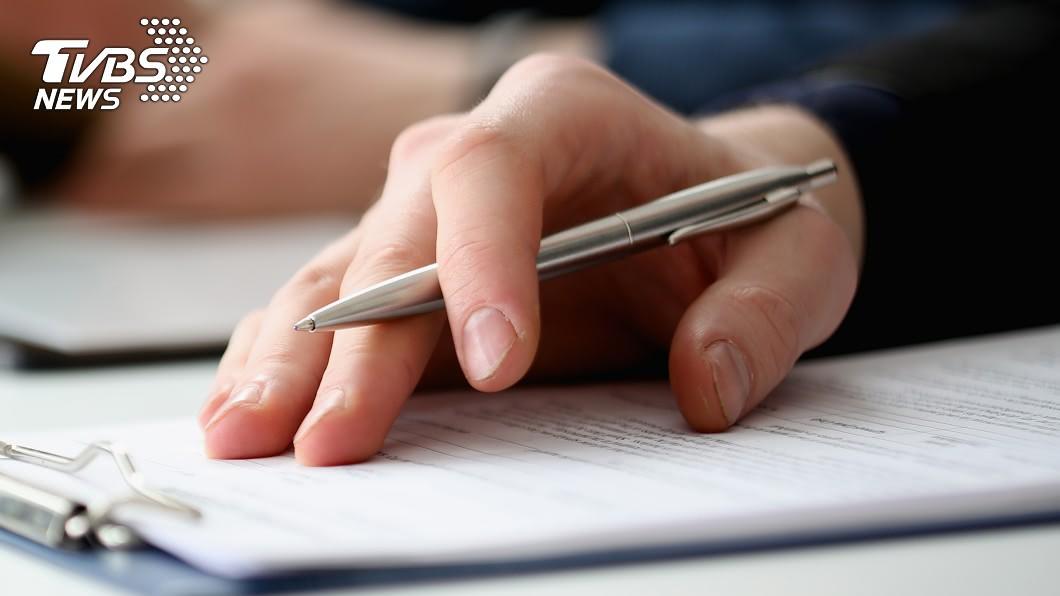 人妻指稱老公尺寸約「一枝筆」。(示意圖/shutterstock達志影像) 夫嫌妻私密處無感 醫一檢查驚「細如筆」