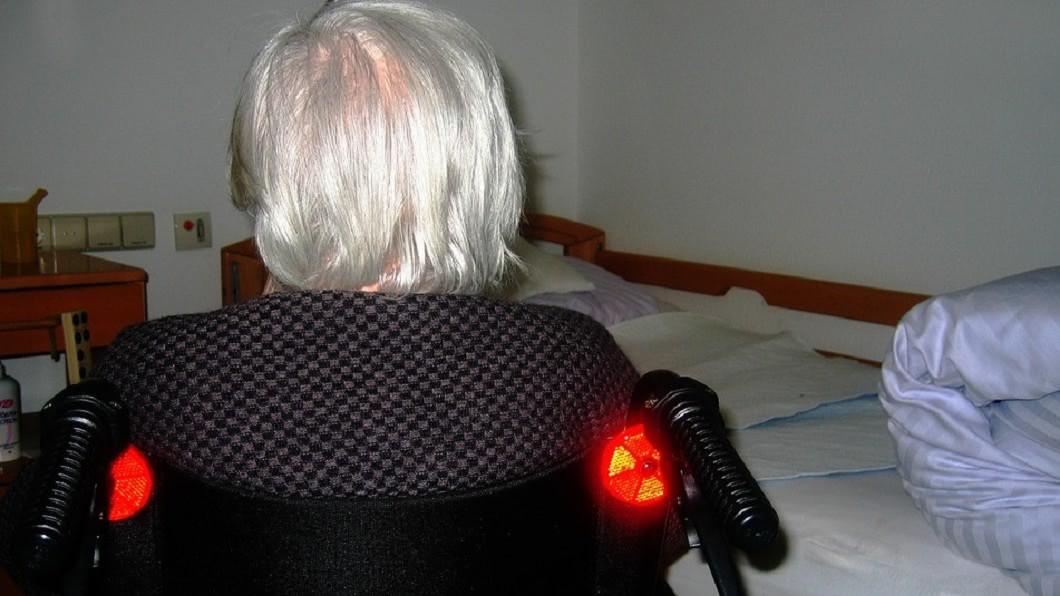 婆婆多次利用媳婦善心,逼對方回來照顧她。(圖/取自免費圖庫Pixabay)  「男人洗會衰」婆婆逼洗小叔內褲 媳淚拒遭趕出門
