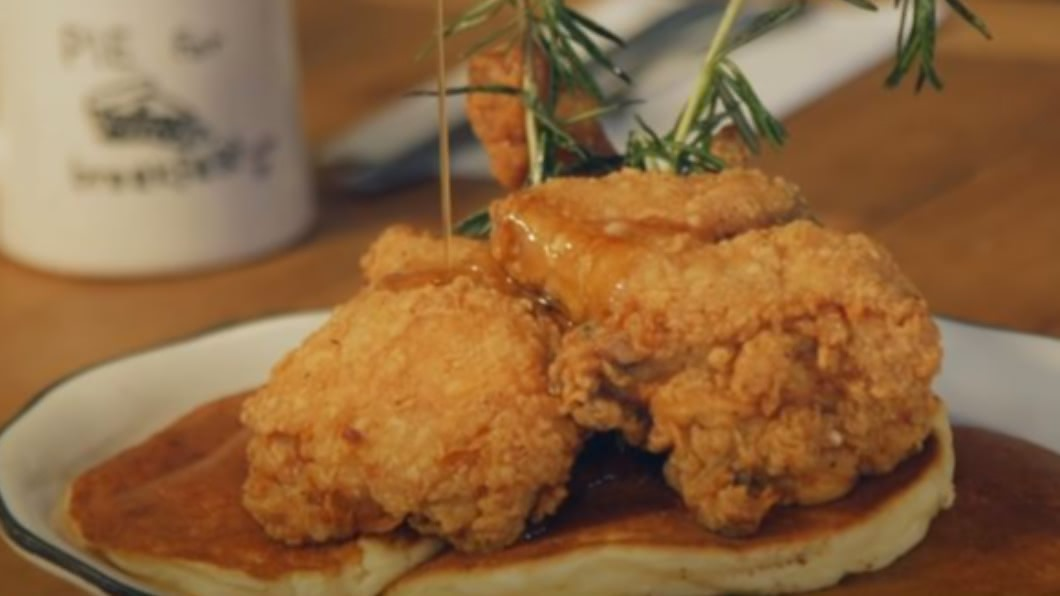 圖/翻攝自Food Insider YouTube 搭配炸雞更美味! 紐約排隊鬆餅鹹甜交織