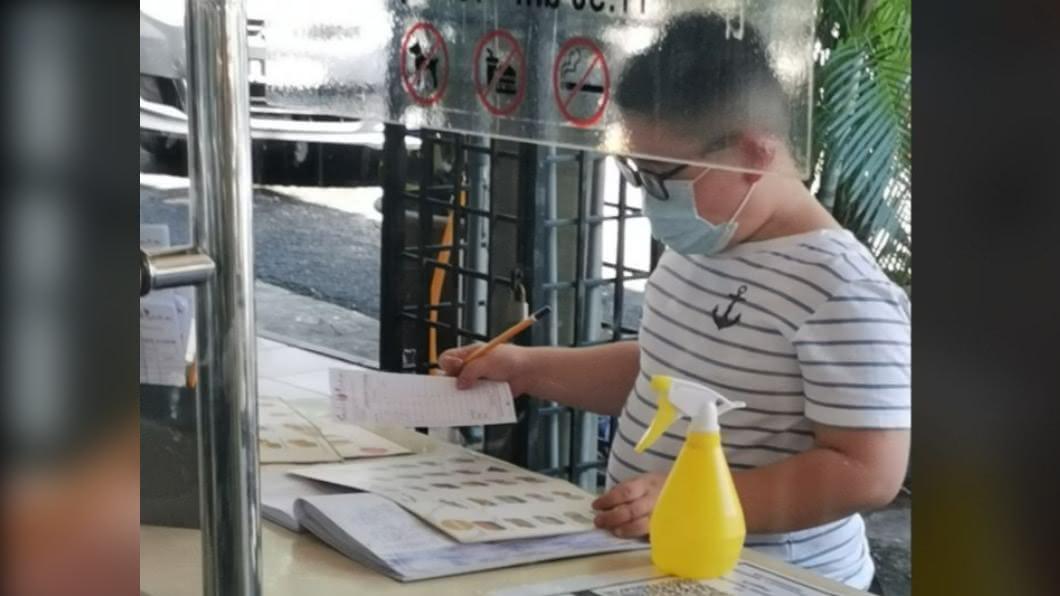 男童想用自己存的錢請媽媽吃壽司。(圖/翻攝自臉書) 想請媽吃飯…10歲童掏光零錢仍不夠 老闆1句話暖回