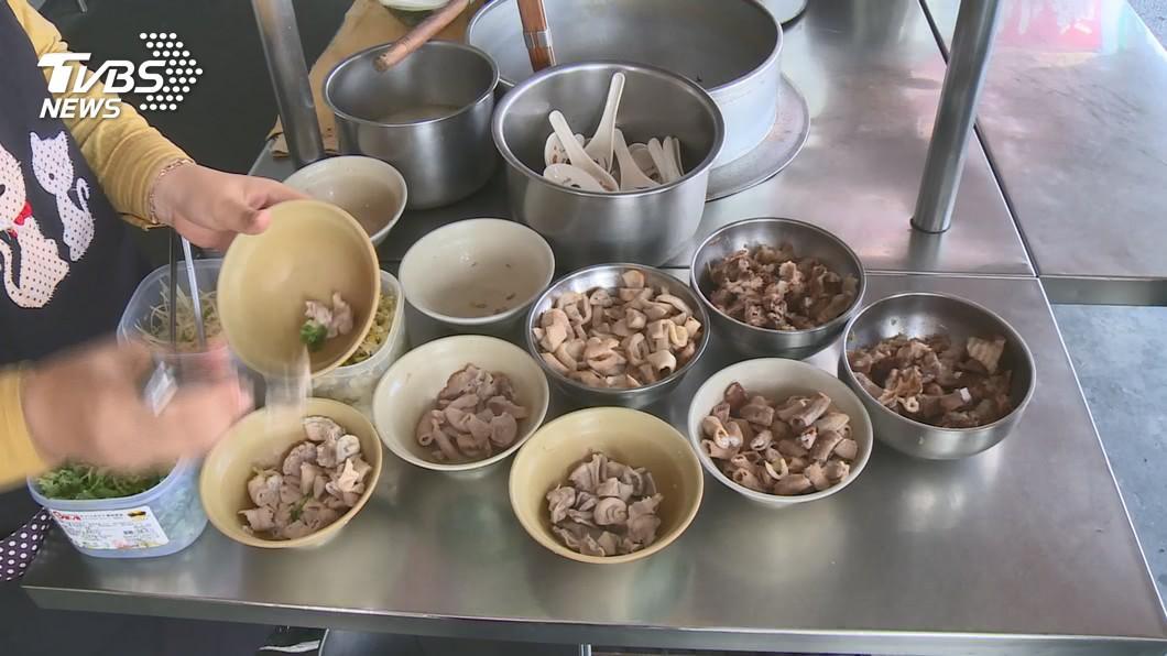 像是豬腳、耳朵和大腸等小吃攤熱門品項,有部分就來自國外。(示意圖/TVBS) 進口豬充斥日常 小吃攤標配「大腸、豬腳」都上榜