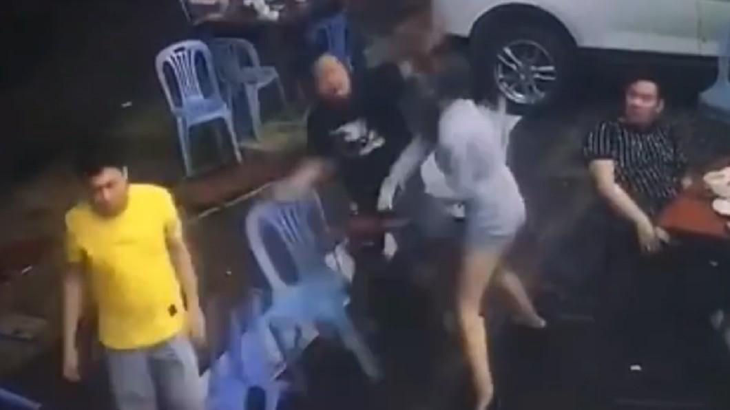 男友倒地後,女子獨自奮鬥對抗2名挑釁男子。(圖/翻攝自微博) 男友1秒遭打趴!短裙女抄塑膠椅爆頭「戰2男」贏了